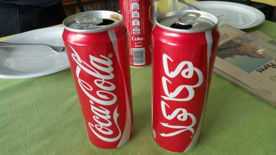 Karak, Jordania: Coke in English and Arabic