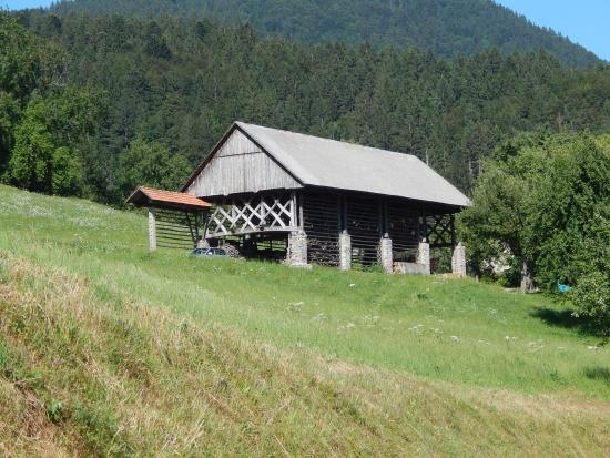 Skofja Loka, Slovenien: Blegoš, Hay rack or kozolec near the starting point