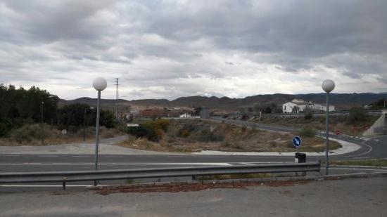 Huércal-Overa, España: Direkte Autobahnanbindung. Keinerlei Lärmbelästigung weil etwas abseits gelegen. Schalldämmung g