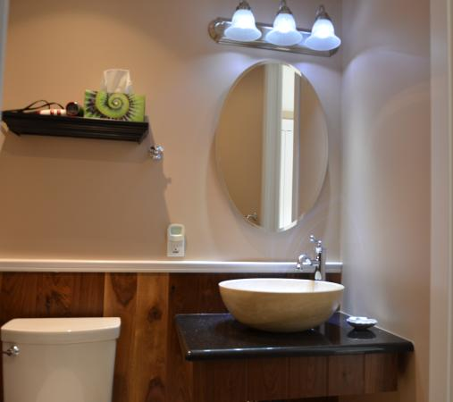 Eagle Rock Bed and Breakfast Chemainus: Iron Chateau Bathroom