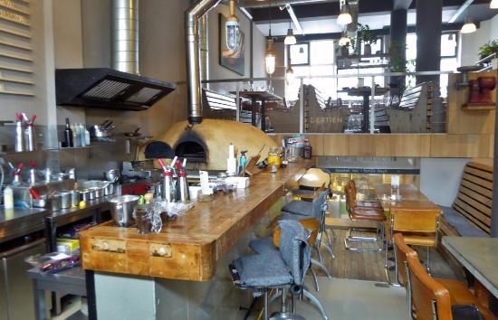 Bar,Holzofen,Küche unter der Empore - Bild von Dertien, Rotterdam ...