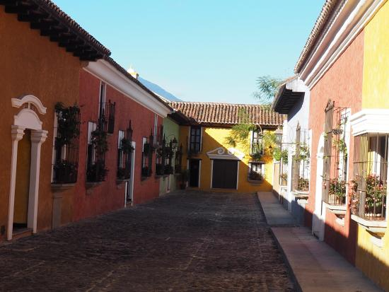 Villa Colonial: Rommene liger som hus i en gate