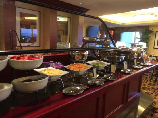 Hilton Madison Monona Terrace: Nice breakfast spread on executive floor