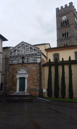 Altopascio, Italie : Facciata della chiesa antica e torre campanaria