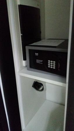 Park Plaza Histria Pula: safe deposit box...not fixed