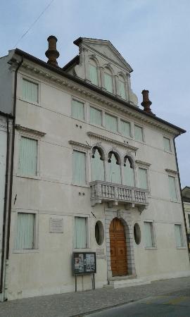Palazzo del Vescovo - Biblioteca Comunale Giorgio Bassani