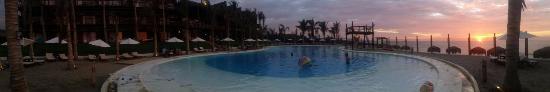 Vichayito, Peru: Vista panorámica del hotel y piscina.