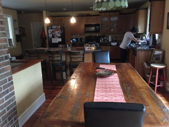Auberge Kicking Horse B&B: Breakfast table and kitchen