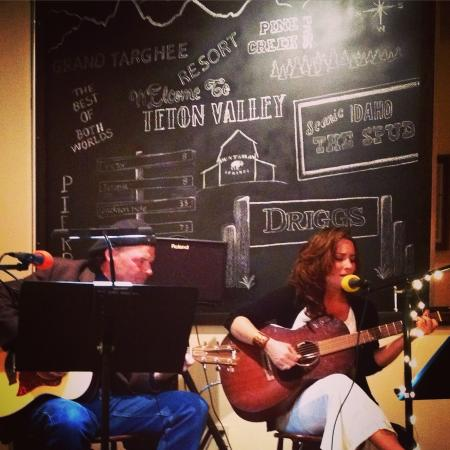 Three Peaks Dinner Table: Live music every Friday night!