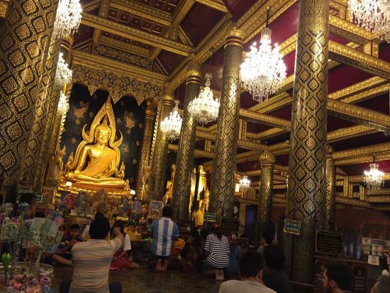 Interior del templo - Picture of Phra Si Ratana Temple (Wat Yai), Phitsanulok...