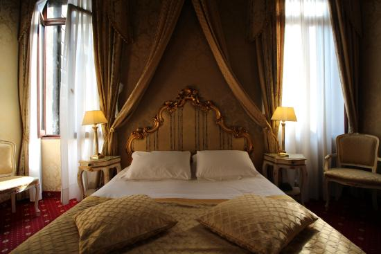 Locanda Ca' Amadi: Suite with canal view Room 102