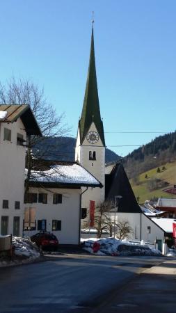 Harmony-Hotel Harfenwirt : Church in niederau