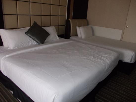 The Sterling Boutique Hotel Melaka: Comfortable beds, 1 King and I single in our Junior Suite