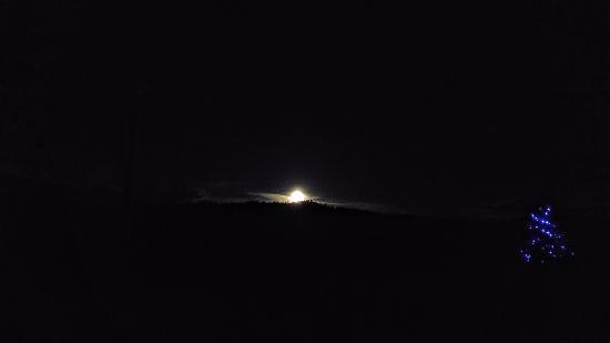 Fireside Inn & Cabins: Beautiful moonrise over the mountain peaks