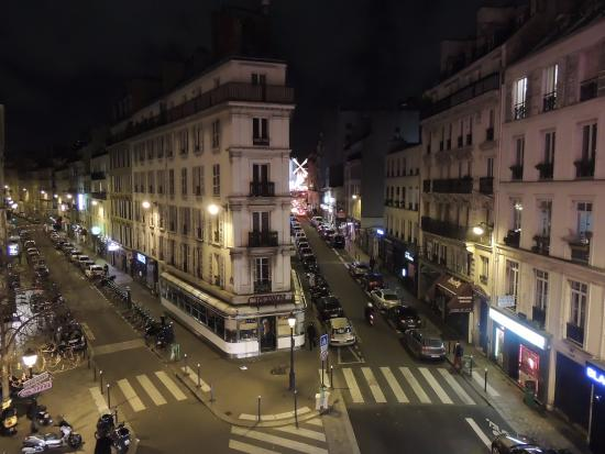 Royal Mansart: visão da janela: Moulin Rouge ao final da rua à direita