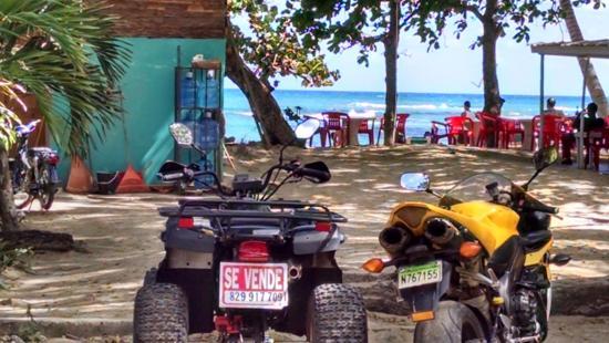Club Villas Jazmin: Beach, restaurants and souvenir shops just 1/2 block over and 2 blocks down the road
