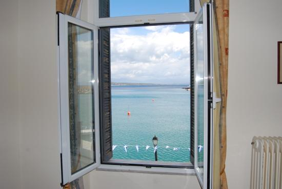 Gythion Hotel: window sea view from twin or triple room
