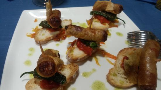 Restaurante Nemesis: Tapa para 5 personas: chorizo envuelto en pasta brie.