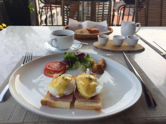 โรงแรมดิอัลโคฟไลบรารี่: The dining area is so good. There's sunshine, coffee and a whole morning! English menu is very g