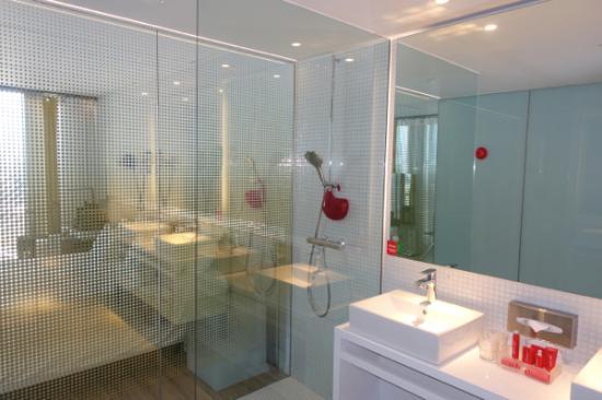 Badkamer met alle voorzieningen - Foto van nhow Rotterdam, Rotterdam ...