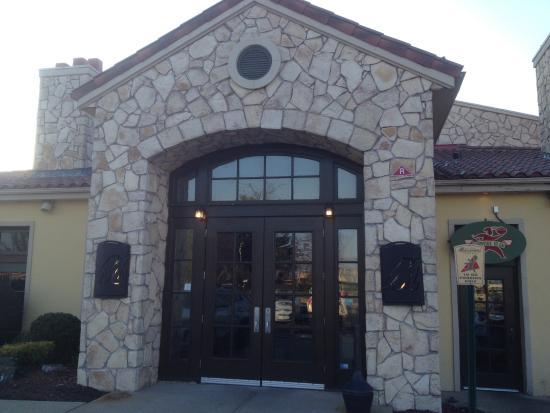 Romano's Macaroni Grill: Macaroni Grill - front entrance