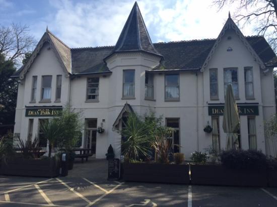 Dean Park Inn: Front & Patio