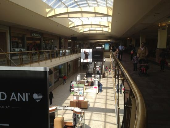 Livingston Mall - view of stores and aisles (2)