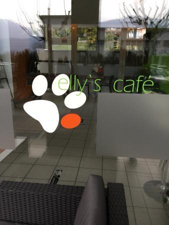 Nettes café mit super bedienung, coole lounge möbel draußen unter ...