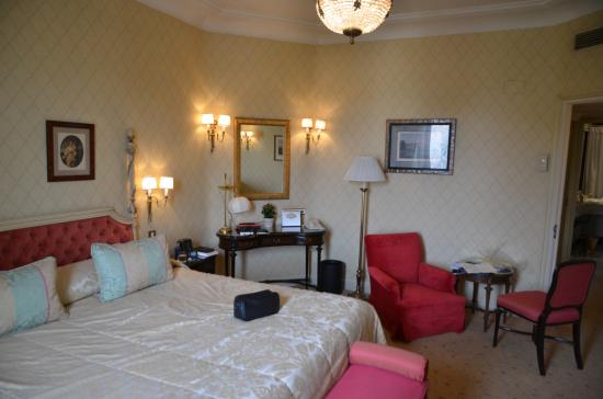 Hotel Ritz, Madrid: There is also a separate hallway with closets and bath with separate wc.