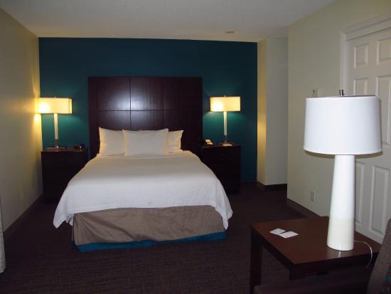 Residence Inn Seattle Bellevue: Good bed (made up not so good), dark room, dark carpeting