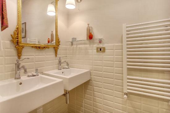 Relais Grand Tour: Golden dbl bathroom