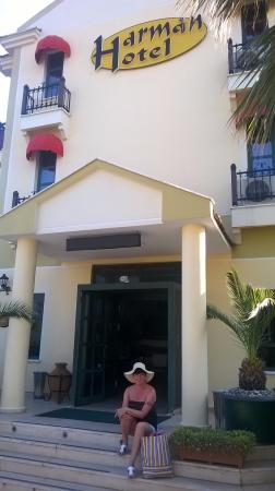 Harman Hotel: hotel entrance