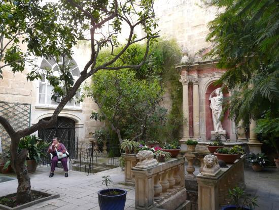 Jardin de la casa rocca piccola picture of casa rocca for Casas en la jardin balbuena