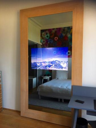 Swissotel Metropole Geneva: TV in the mirror