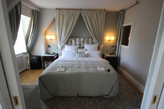 Schlafzimmer einer Suite im Schloss - Bild von Weissenhaus Grand ...