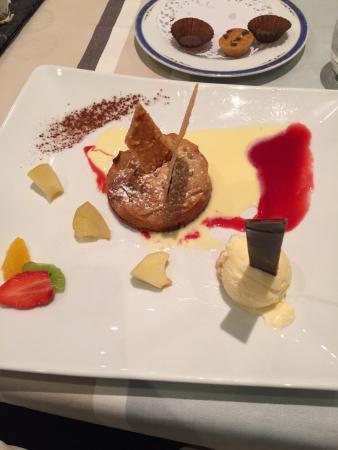 Chitenay, Γαλλία: Le gâteau grand- mère, pommes et fruits secs, coulis de pommes vertes, glace au miel