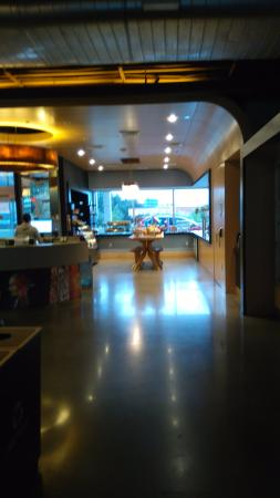Aloft Las Colinas: The deli area