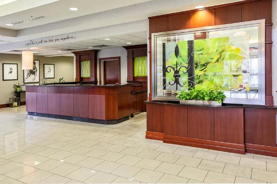 Hilton Garden Inn Louisville Northeast: Front Desk