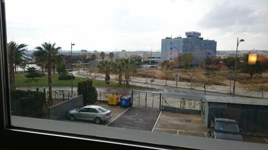 Hotel Táctica: Vistas desde la ventana de la habitación (parking)