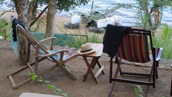 San Simian Eco Lodge: Chairs to relax by the beachside bar area