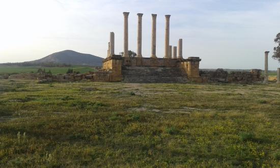 El Fahs, Tunisia: Forum et au fond temple capitolin