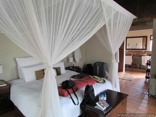 Toro Yaka Bush Lodge: Comfortable, air conditioned room