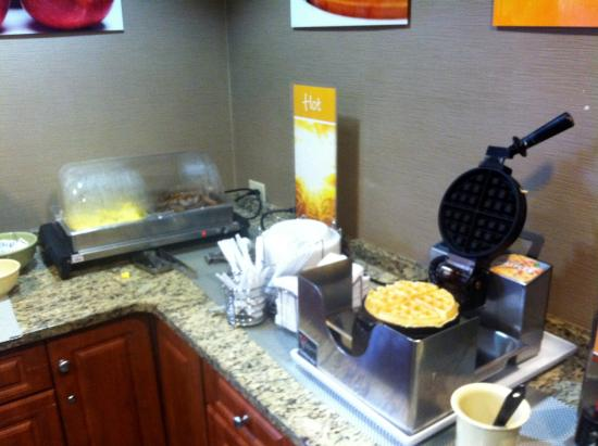 Quality Inn & Suites NJ State Capital Area : Waffles, Eggs and Sausage
