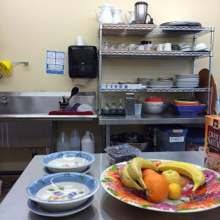 Cawston, Canadá: The common kitchen, where you can fix your coffee and eggs in the morning.