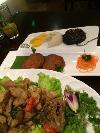 Hehua Thai Restaurant (Huamao Tiandi0: Mango rice, fish cakes, fried fish