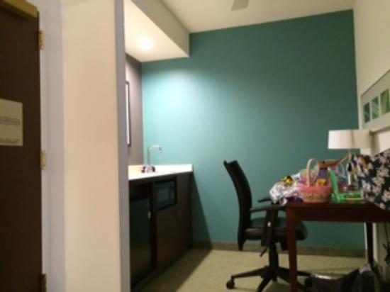 SpringHill Suites Boston Andover: Desk and chair.