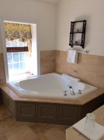 Inn at Montchanin Village: Whirlpool tub