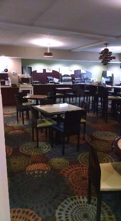 Holiday Inn Express & Suites: LOBBY/DINING AREA
