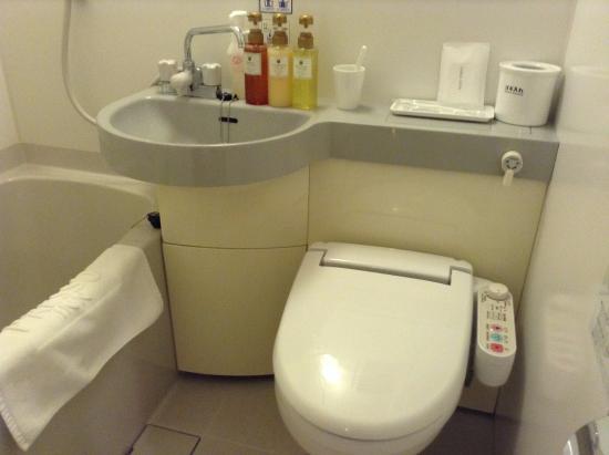 Keio Presso Inn Shinjuku: シャワートイレは当然か。