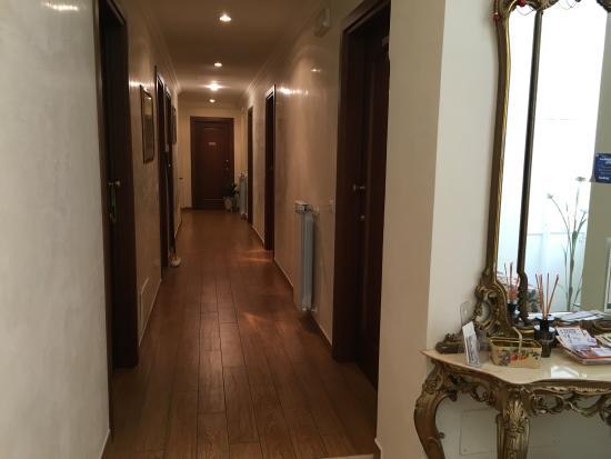 B&B Tucci's house Roma: Corridoio di accesso alle camere e sala colozaione